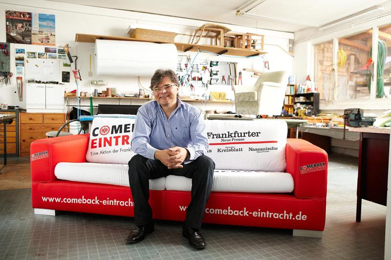 Herr Nikov präsentiert Stolz sein Werk - die Eintracht-Couch.